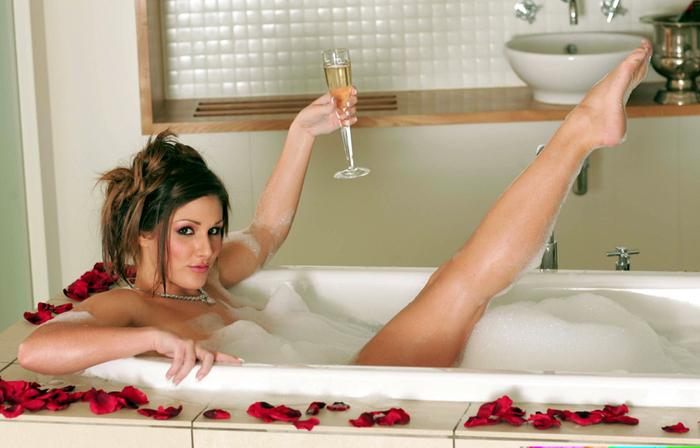 Порно в ванной девушки купались и с парнишкой развлекались
