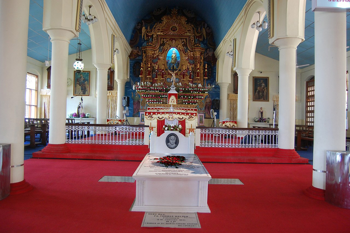 Tomb_of_Kuriakose_Elias_Chavara_at_St._Joseph's_Church_Mannanam (700x465, 379Kb)