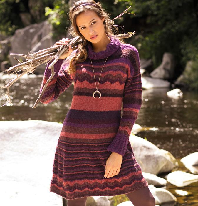 Полосатое платье с длинным рукавом.