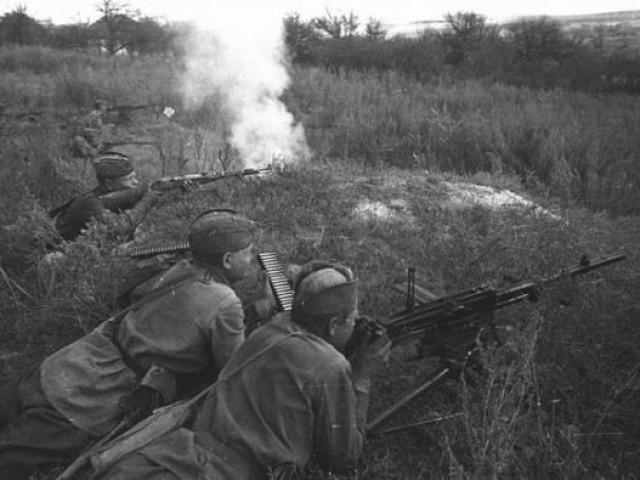neravnyij-boj-33-krasnoarmejcza-protiv-70-nemeczkix-tankov (640x480, 65Kb)