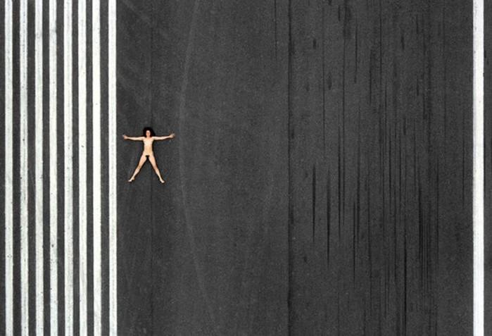 142335694 060818 1330 15 «Воздушное ню»: серия аэрофотографий с обнаженным женским телом