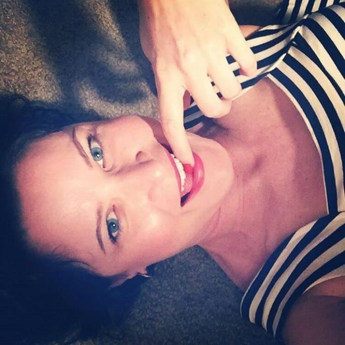 Модные тренды в инстаграм: палец во рту девушек