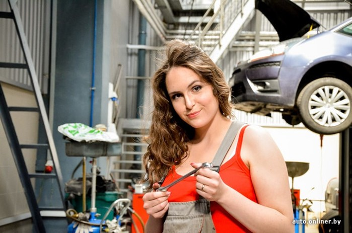 Девушки, работающие в автосервисе, устроили большую фотосессию