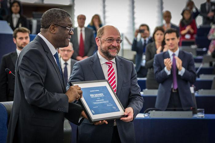 1024px-Remise_du_prix_Sakharov_2014_à_Denis_Mukwege_Strasbourg_26_novembre_2014_16 (700x466, 59Kb)