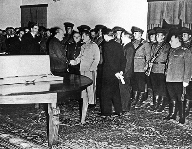 Как развлекался Сталин, пока миллионы умирали навойне: «Водка иконьяк лились рекой»