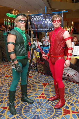 320px-Green_and_Red_Arrows_Comic_Con (320x480, 48Kb)