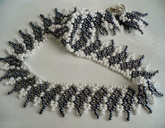free-pattern-beaded-necklace-tutorial-black-white-1 (700x540, 464Kb)
