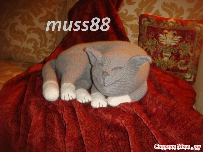 вязаный спящий полосатый рыжий кот Jingga от дизайнера ...