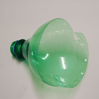 Из пластиковых бутылок - кормушка для птиц (8) (320x320, 31Kb)