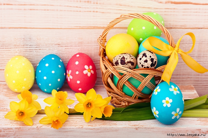 Holidays_Easter_Daffodils_Wood_planks_Eggs_Wicker_518326_1280x853 (700x466, 290Kb)