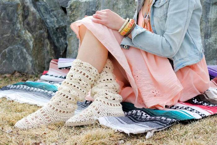 68869b5dc COACHELLA BOOTS – FREE CROCHET SHOE PATTERN WITH FLIP FLOP SOLES. boho- crochet-pattern-summer-boots (700x466