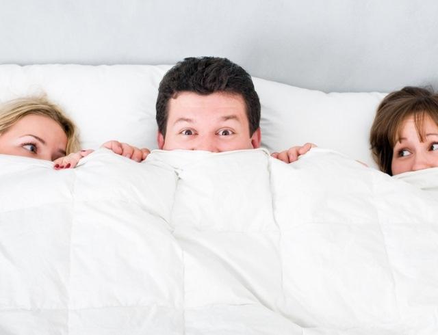 В постели с друзьями фото это