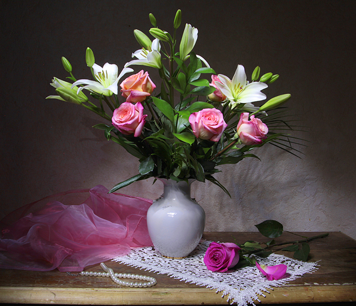 Bouquets_Roses_Lilies_Jewelry_Table_Vase_Petals_551542_1190x1024 (700x602, 583Kb)