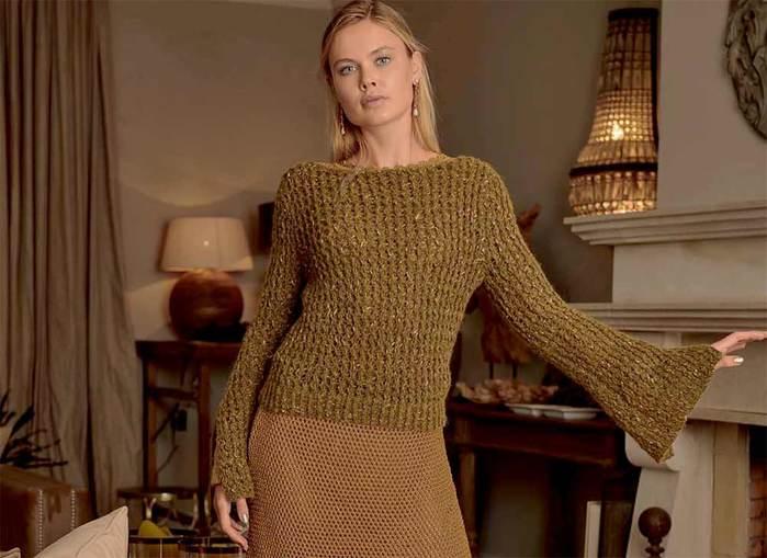 Джемпер с женственным вырезом и модными расширяющимися рукавами