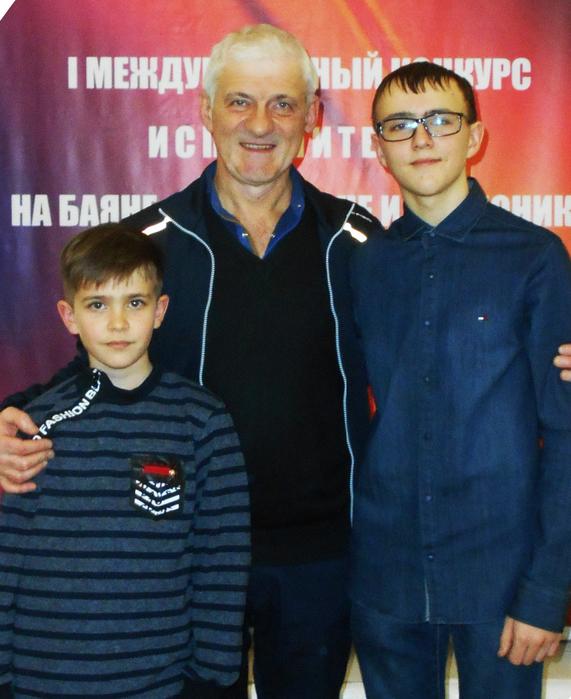 А.В. Макаров со своими учениками Ефимом Масалыкиным и Артёмом Страховым
