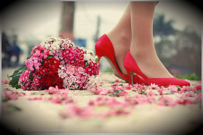 Живые цветы у женских ног картинки