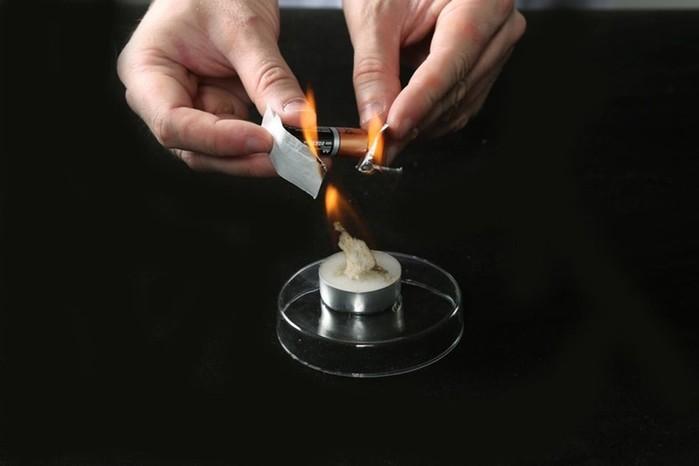 Как развести костер с помощью батарейки