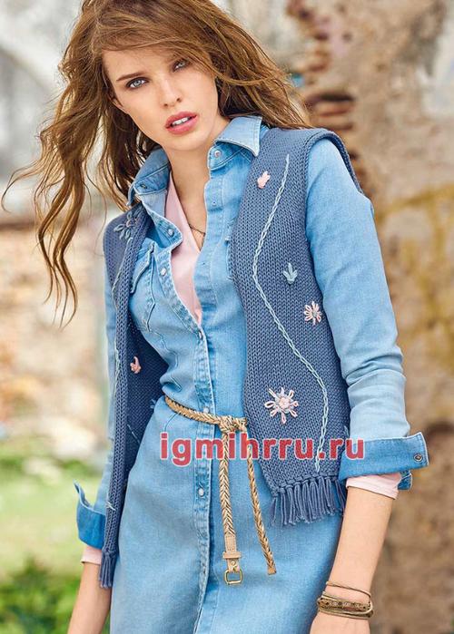 Жилет в джинсовом стиле, украшенный простой вышивкой. Вязание спицами