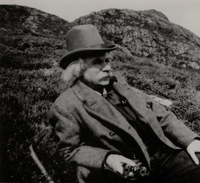 (Edvard_Grieg_hiking_on_Løvstakken)_(3469866829) (700x639, 79Kb)