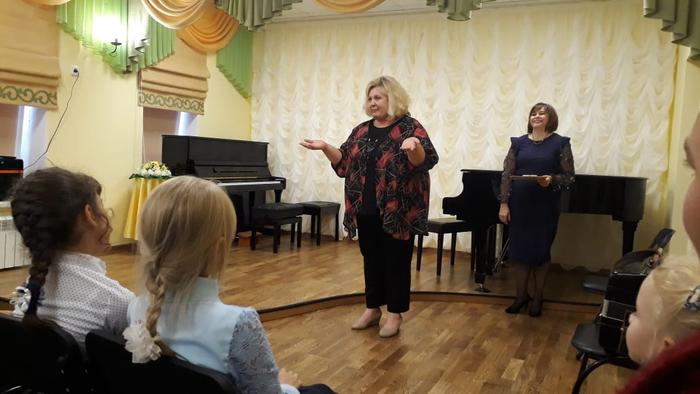Директор школы Оксана Викторовна Вакуленко говорит напутственное слово