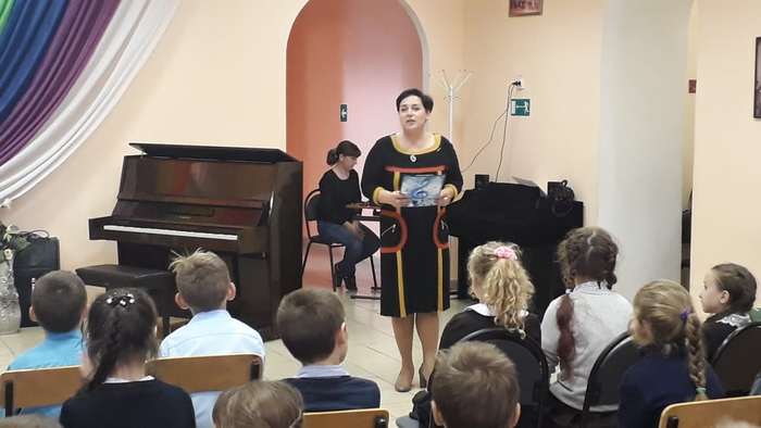Ведущая концерта - преподаватель Н.Ю. Фатеева