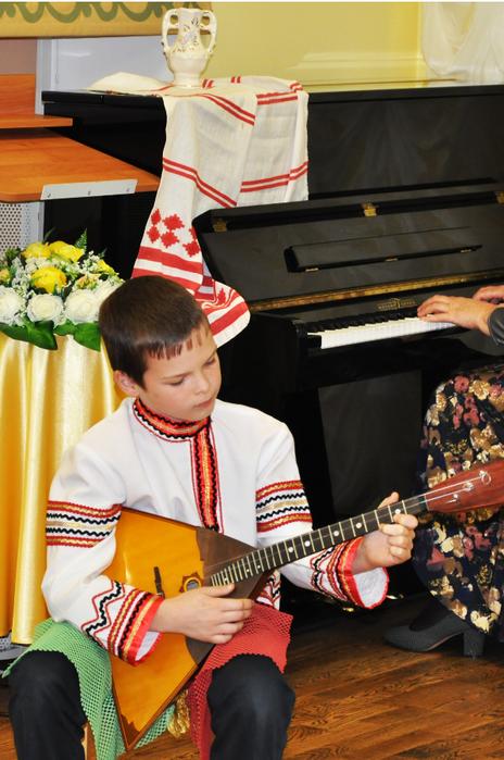 Ярослав Рябинин играет на балалайке