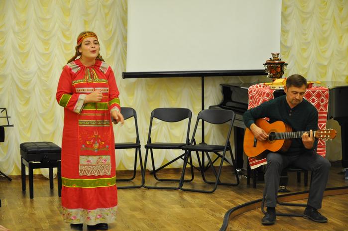 Варвара Котохина исполняет песню Вьюн над водой
