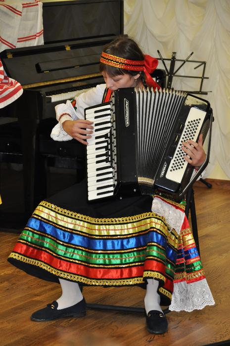 Елизавета Должикова играет на аккордеоне
