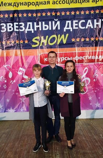 Преподаватель  Д.О. Крамской со  своими ученицами-победительницами Марией Буковцовой и Кристиной Балог