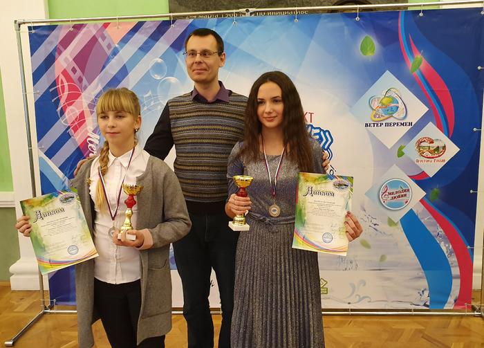 Мария Буковцова и Кристина Балог со своим преподавателем Денисом Олеговичем Крамским