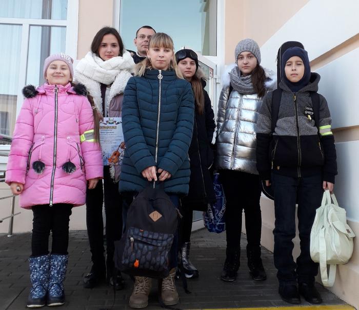 Конкурсанты-учащиеся ДШИ им. В.Ф. Трутовского со своим преподавателем Д.О. Крамским