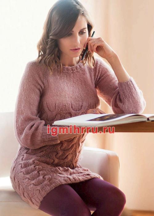 Розовое теплое мини-платье с узором из кос. Вязание спицами