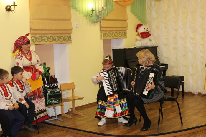 Алиса Серебрюхова и Л.Н. Лебедева исполняют потешку Едет,едет, паровоз