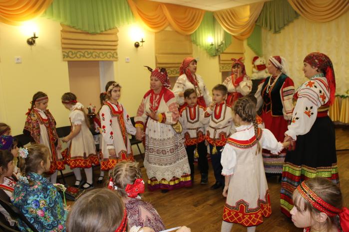 Учащиеся отделения Музыкальный фольклор и ансамбль Мила-Лада играют в старинную игру Грайворонского района Король