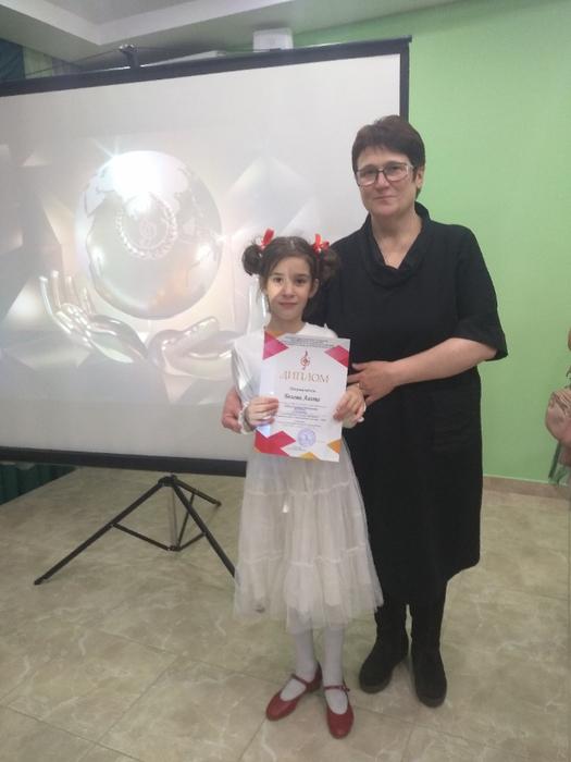 Агата Белова со своим преподавателем Л.Д. Чобану