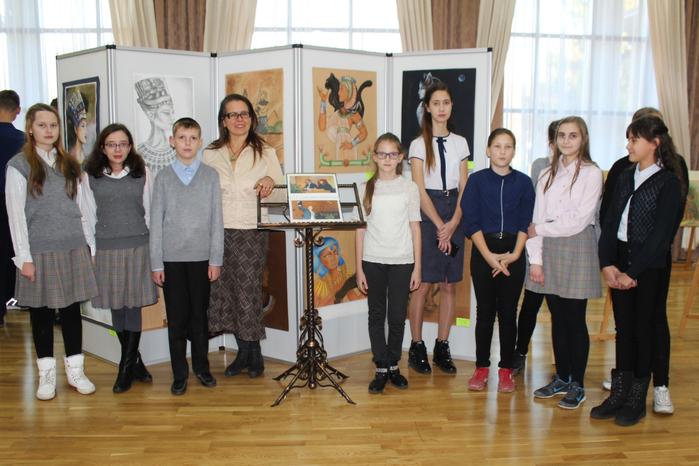 Людмила Аркадьевна Киселёва со своими учениками-участниками выставки
