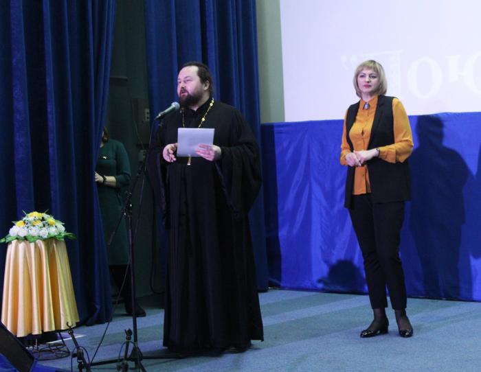 Председатель жюри О.Н. Ласунова и протоиерей Андрей Колесников вручают награды победителям