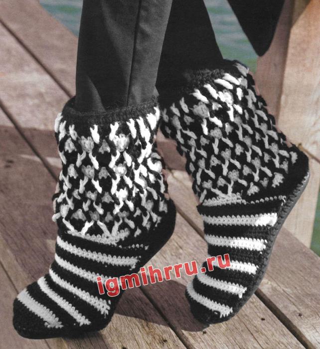 Черно-белые сапожки, связанные из шерстяной пряжи. Вязание крючком