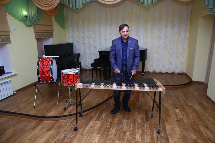 Преподаватель школы искусств Юрий Вернигора тестирует новые инструменты
