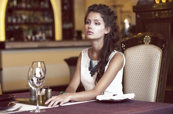 woman-alone-restaurant_0 (700x463, 44Kb)