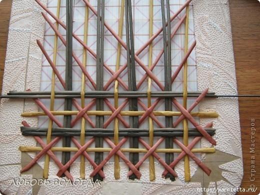 Плетение из газет. Мастер-класс на крышку с цветным узором из трубочек (10) (520x390, 166Kb)