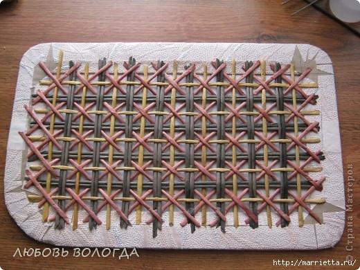 Плетение из газет. Мастер-класс на крышку с цветным узором из трубочек (12) (520x390, 181Kb)