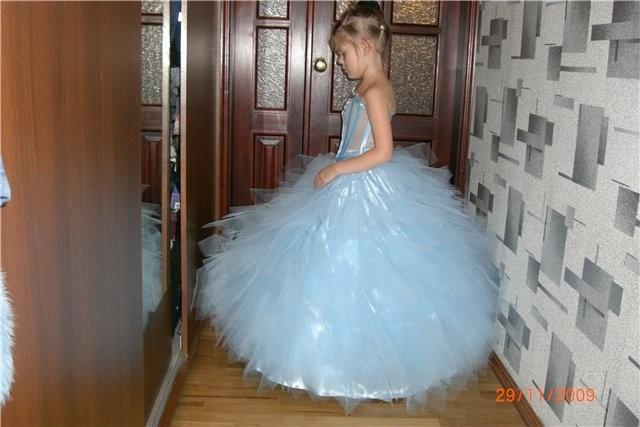 Платье-сарафан можно сшить можно за полчаса.  Возьмите полтора метра...
