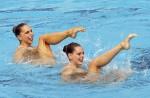 Памела Фишер и Марина Сауренманн (Pamela Fisher and Marina Saurenmann) из Швейцарии. Выступление пар на чемпионате Европы по синхронному плаванию в Будапеште, 5 августа 2010 года.