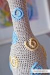 Обвязанная крючком бутылка, украшенная элементами-завитками при помощи крючка...