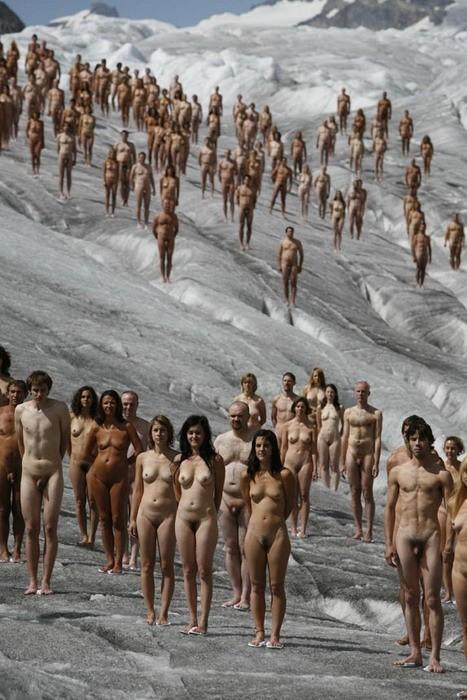 с голыми людми города