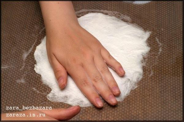8. Сбрызгиваем шерсть водой и начинаем осторожно растирать шерсть круговыми движениями, предварительно намылив руки. Для того, чтоб шерсть не смещалась в начале валяния, можно накрыть раскладку москитной сеткой и валять через неё некоторое время.