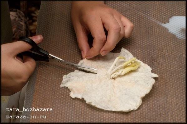 15. Ножницами делаем надрезы и, если нужно, подрезаем края, задавая форму лепестков.