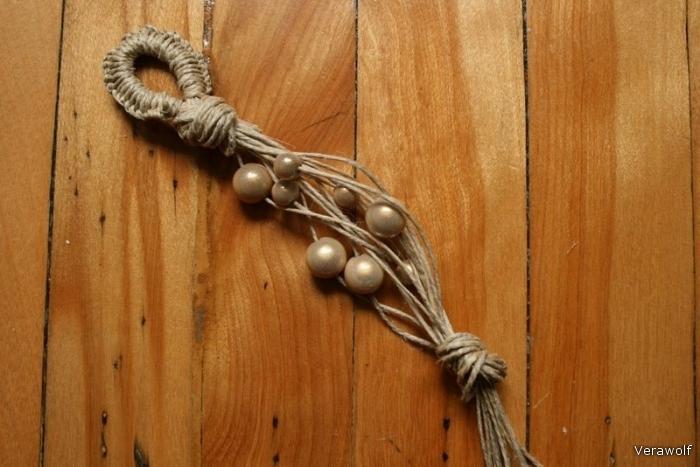 Оставьте около 10 см для жемчуга, сделайте большой узел из всех нитей.