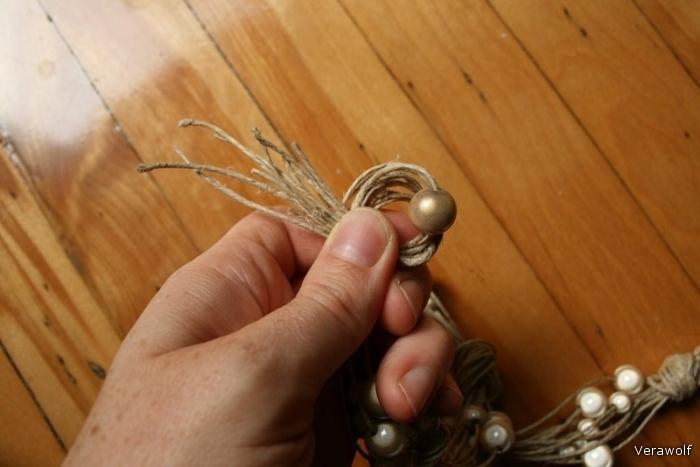 Сделайте большой узел вместе с жемчужиной.